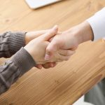 医師と握手